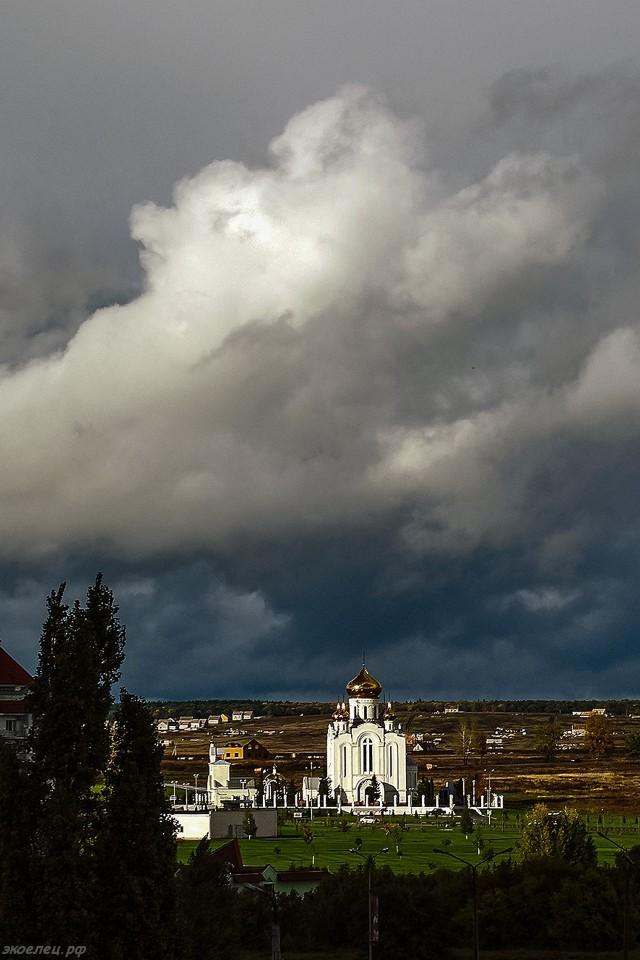 ee-vid-iz-okna-groza-proshla-rozhdestvenskij-hram