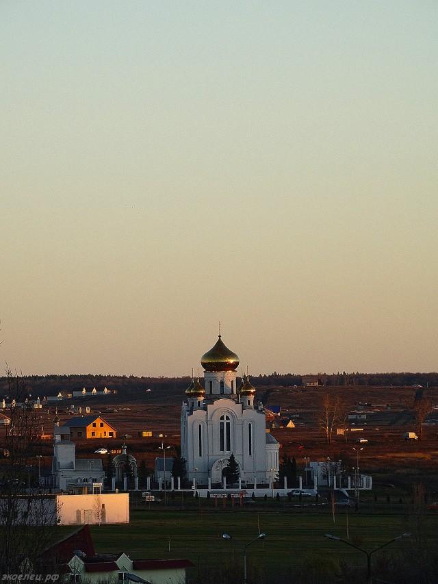 ee-vid-iz-okna-osennee-utro-rozhdestvenskij-hram