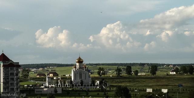 ee-vid-iz-okna-posle-zharkogo-dnya-rozhdestvenskij-hram